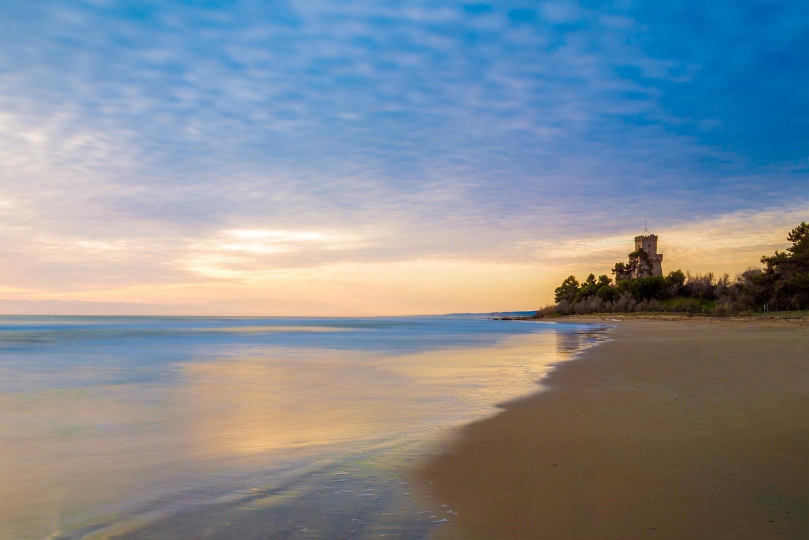 spiaggia pineto con torre di cerrano